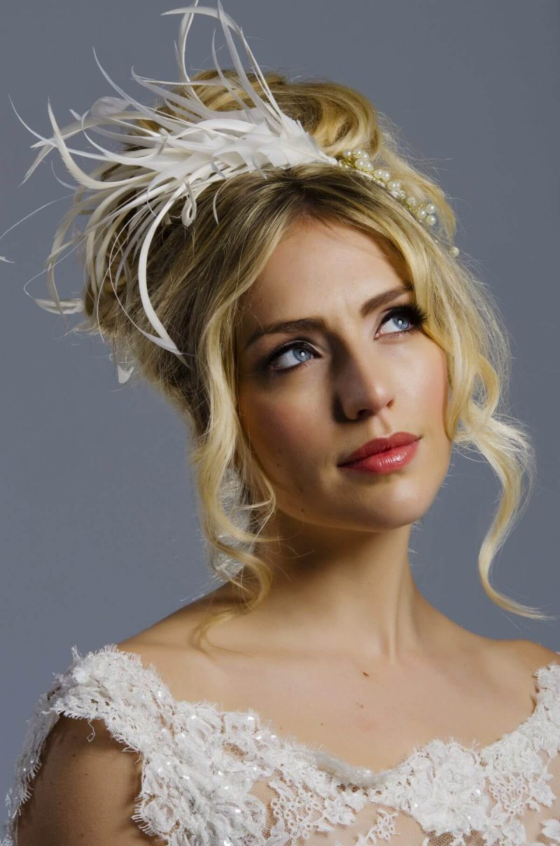 Model wear the bridal feather headpiece in ivory feathers