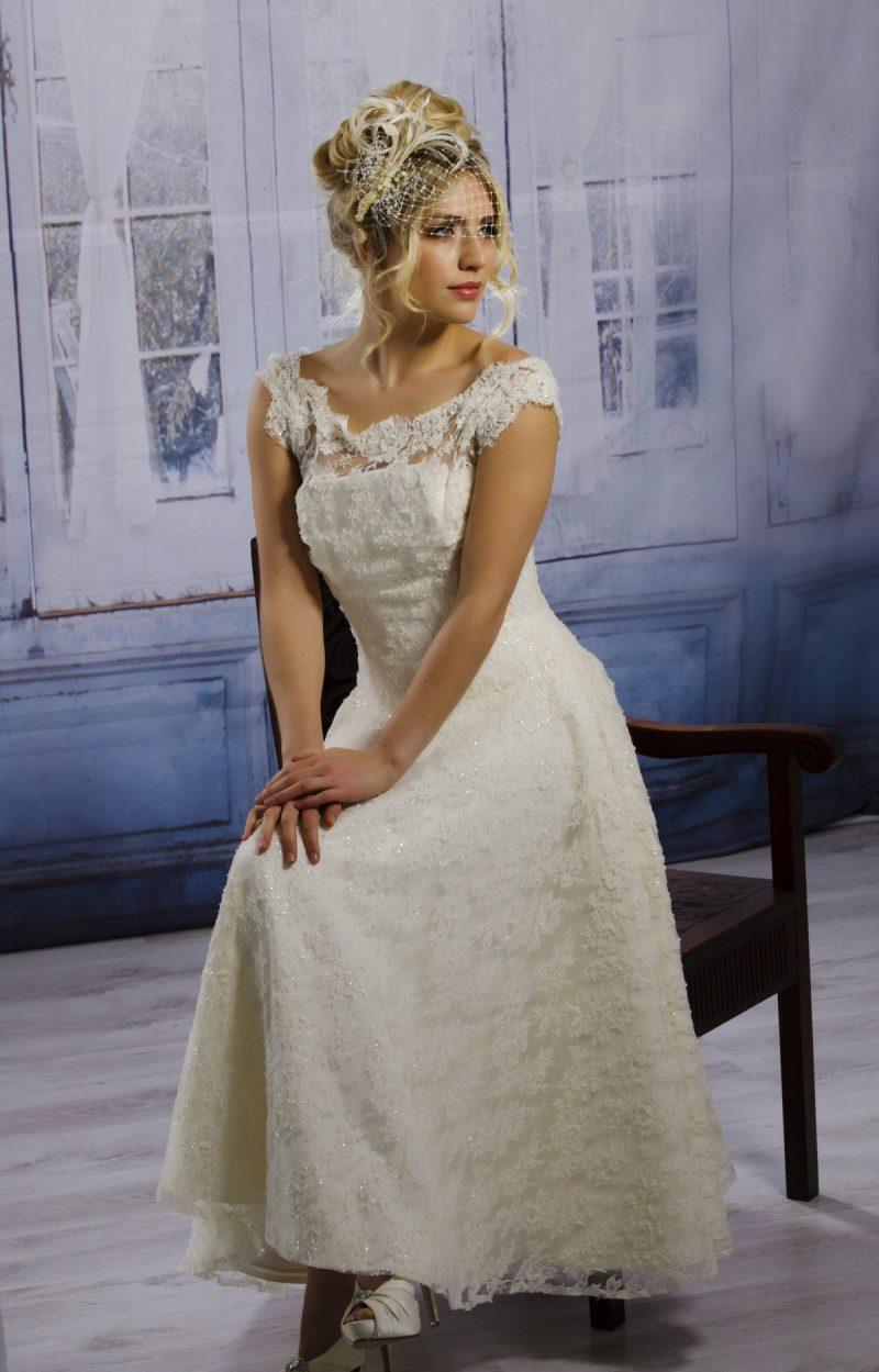 Model wears a Side Birdcage veil, Kate.