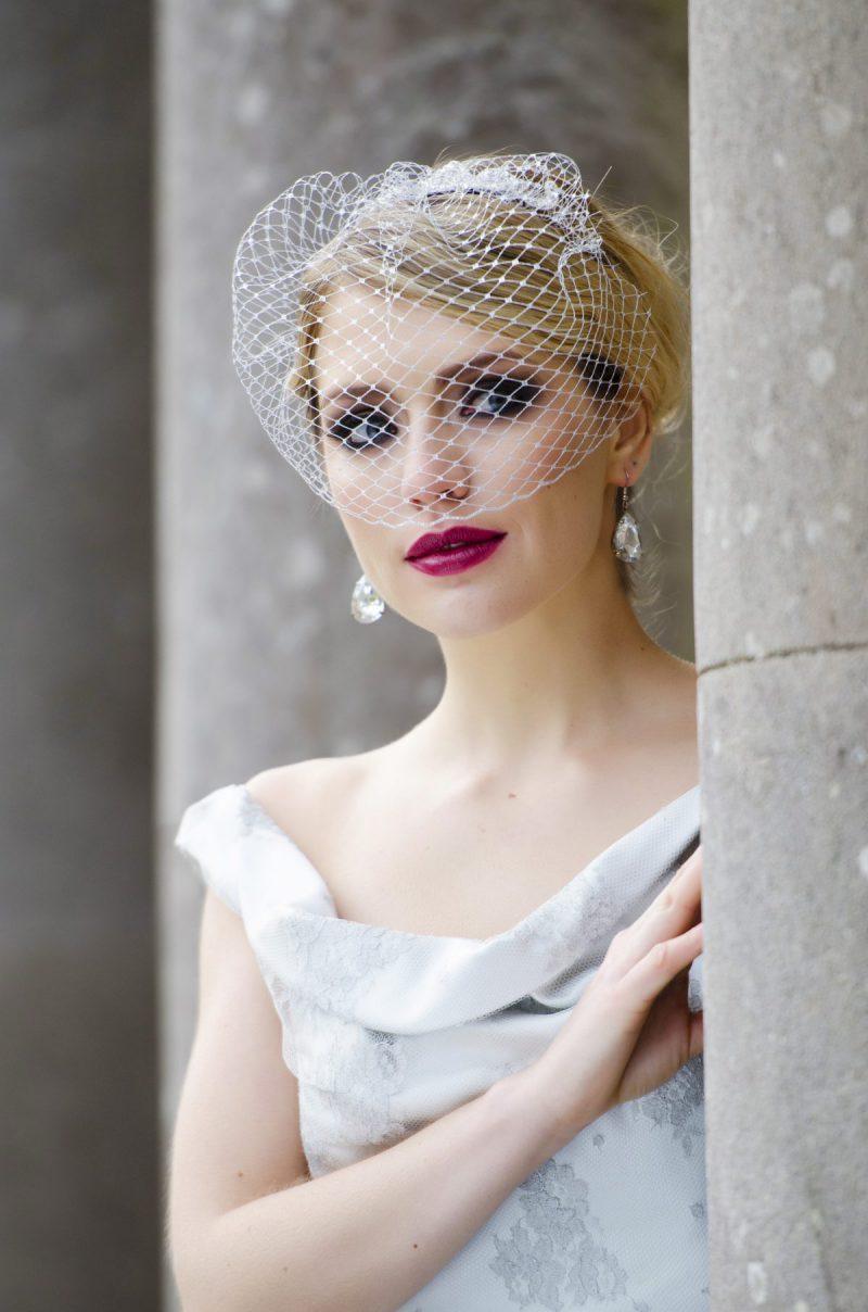 Model wear half face birdcage veil